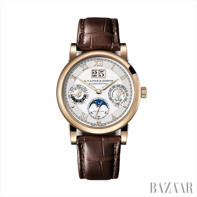 화이트 골드 케이스의 핑크 골드 다이얼 '다토그래프 퍼페추얼 뚜르비옹' 시계는 A. Lange & Söhne.