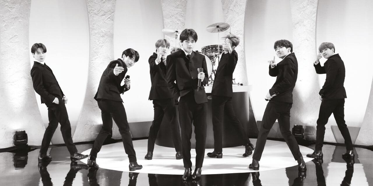BTS가 영국의 웸블리, 미국의 로즈볼, 솔저필드, 메트라이프에서 스타디움 투어를 마치고 돌아왔다. 4회 공연에 동원한 관객 수만 42만 명. 음악평론가 김영대는 로즈볼 공연장에서 작년과 다른 변화를 감지했다고 말한다.