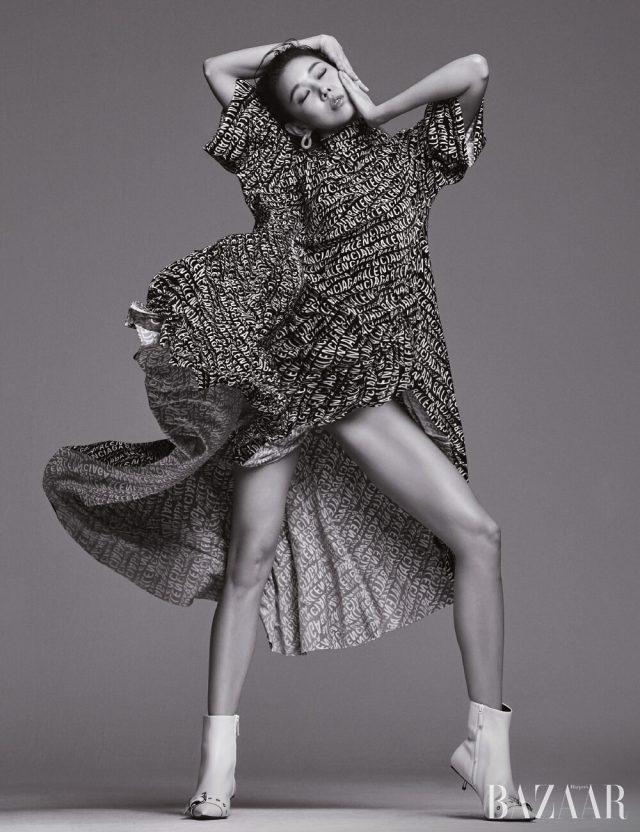 로고 패턴의 벨벳 드레스, 귀고리, 버클 장식 앵클부츠는 모두 Balenciaga.