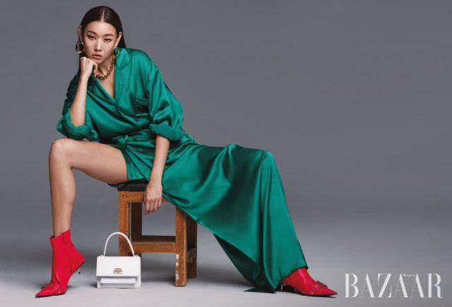 새틴 소재의 파자마 셔츠, 랩 스커트, 귀고리, 체인 목걸이, 샤프 사첼 숄더백, 앵클부츠는 모두 Balenciaga.
