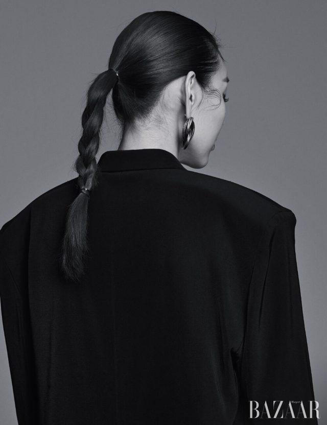 재킷, 귀고리는 모두 Balenciaga.