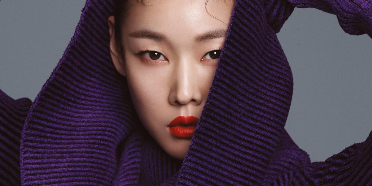 한국을 대표하는 톱 모델 한혜진이 데뷔 20주년을 맞이했다. 여전히 자신의 커리어 앞에 한 치 머뭇거림도 없는 그녀는 발렌시아가의 프리폴 룩과 함께 그 어느때보다 강인해 보였다.
