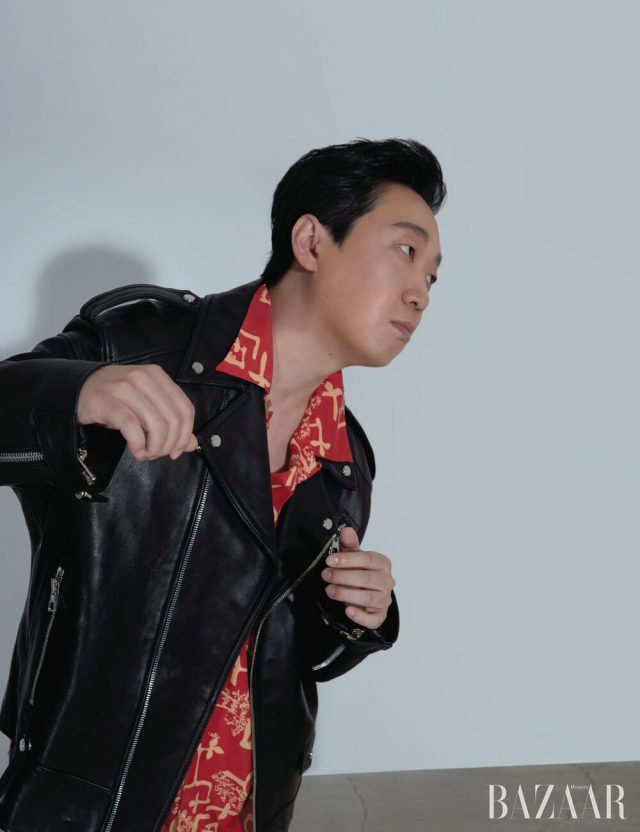 가죽 재킷은 Songzio Homme, 셔츠는 Levi's.