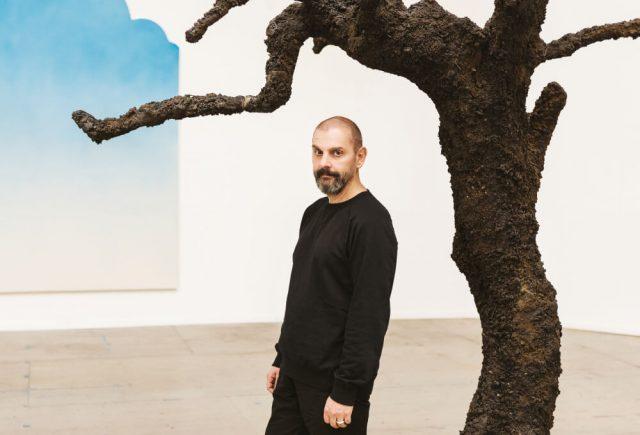 뉴욕의 작업실에서 우고 론디노네를 만났다. 검은 올리브나무와 또 다른 대표작인 하늘 페인팅 등이 보인다.