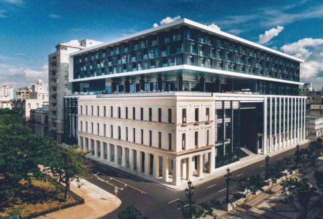 이베로스타 그랜드 패커드는 아바나에서 가장 럭셔리한 호텔 중 하나이다. 스페인 출신의 훌리오 마에스트리(Julio Maestre)가 이곳의 장식을 맡았다. VIP 층에는 프라이빗 브렉퍼스트 룸이 있고, 버틀러 서비스를 제공하며, 46개의 스위트룸과 64개의 스타 프레스티지 룸이 구비되어 있다.
