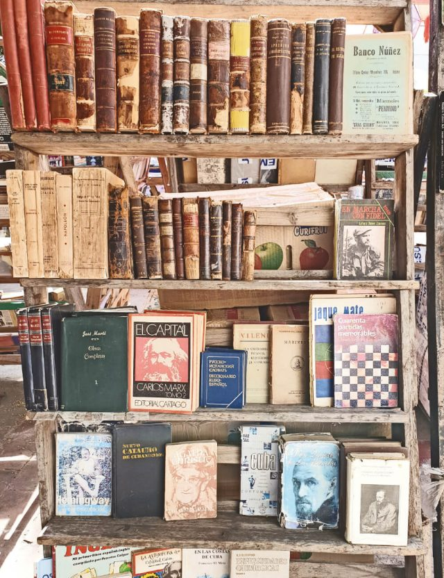 책과 골동품 페어에서의 한 가판대.