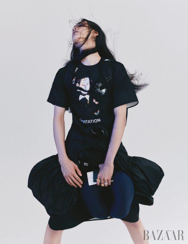 원피스는 가격 미정, 허리에 두른 점퍼는 3백49만원 모두 Valentino, 귀고리는 Gucci, 검지에 착용한 반지는 95만원, 중지에 착용한 반지는 57만원 모두 Bottega Veneta,약지에 착용한 반지, 기내용 목베개는 에디터 소장품.