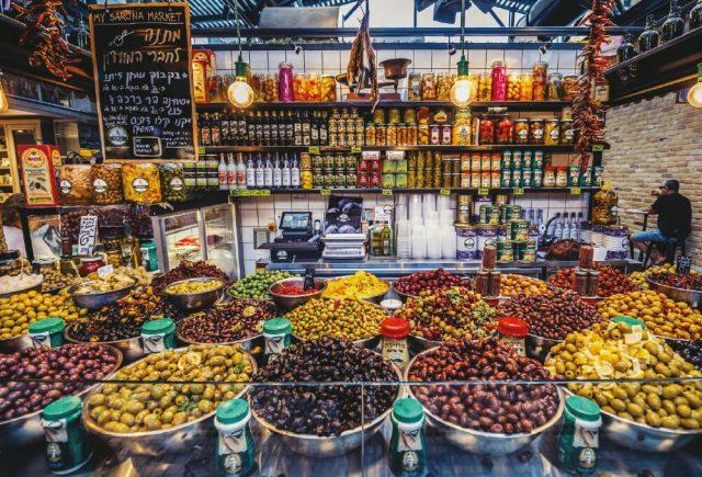 텔아비브에 있는 사노라 마켓(Sanora Market)의 올리브 가판대.