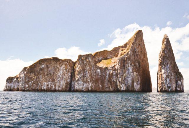 산 크리스토발의 한 섬에 위치한 키커락(Kicker Rock, Leon Dormido)