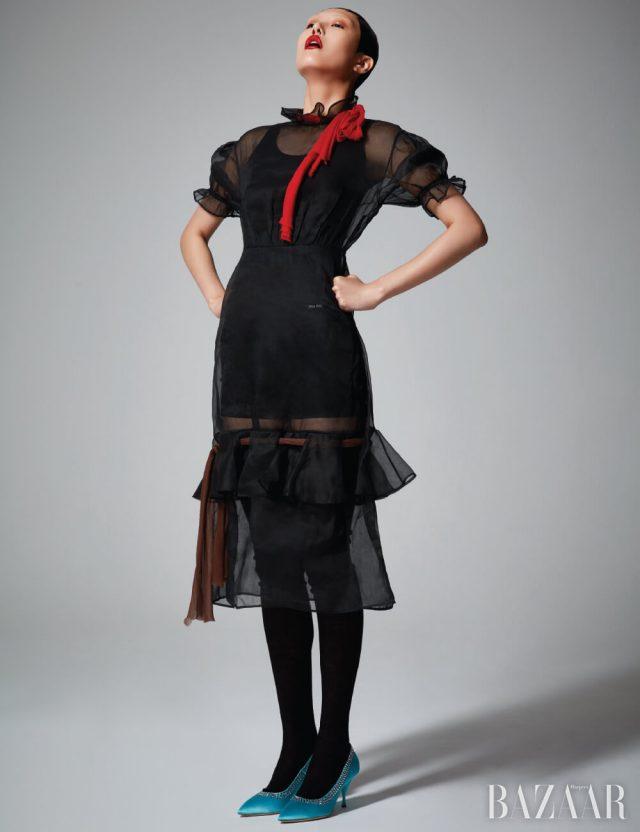 드레스, 톱, 쇼츠, 삭스, 펌프스는 모두 Miu Miu.